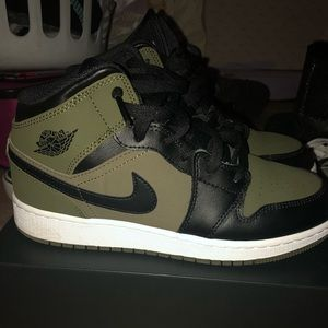 AIR JORDAN 1 MID OLIVE GREEN/BLACK/WHITE